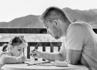tata z córką ćwiczą